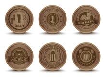 Icônes en bois de tapis d'emblèmes de bière réglées illustration de vecteur