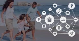 Icônes reliées contre la famille à la photo de plage Photo stock