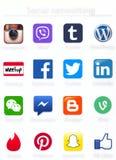 Icônes sociales d'apps de mise en réseau imprimées sur le papier Images libres de droits