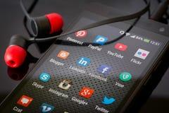 Icônes sociales de media sur l'écran intelligent de téléphone Photographie stock libre de droits