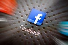 Icônes sociales de media sur l'écran intelligent de téléphone Photo stock
