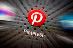 Icônes sociales de media sur l'écran intelligent de téléphone Photo libre de droits