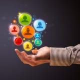 Icônes sociales de réseau dans la main d'un homme d'affaires Image stock