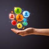 Icônes sociales de réseau dans la main d'une femme Images stock