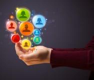 Icônes sociales de réseau dans la main d'une femme Image stock