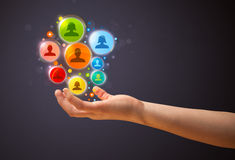 Icônes sociales de réseau dans la main d'une femme Photo stock