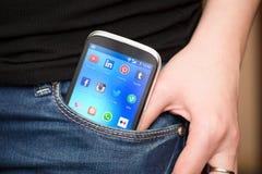 Icônes sociales populaires de media sur l'écran de dispositif de smartphone Photographie stock libre de droits
