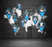Icônes sur la carte du monde Images stock