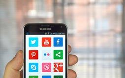 Icônes sur le media social sur un écran Photos stock