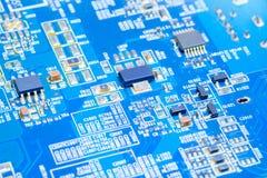 IC och elektronisk del på bräde för utskrivaven strömkrets för blått Royaltyfria Bilder