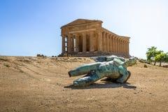 Icare bronzent la statue et le temple de Concordia dans la vallée des temples - Agrigente, Sicile, Italie photos libres de droits