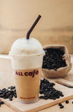 Ice coffee smoothie with roasted coffee Royalty Free Stock Images