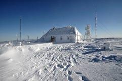 Ice-covered метеорологическая станция стоковая фотография