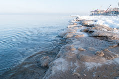 Ice-covered strand. Baltiskt hav arkivbild