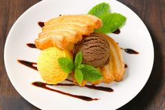 Ice cream with puff pastry biscuits Royalty Free Stock Photos