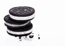 Ice Cream Sandwich med mörka chokladkakor på vit bakgrund Makro arkivfoto