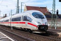 ICE 3, intercity-σαφές τραίνο από το σταθμό τρένου περασμάτων Deutsche Bahn στοκ φωτογραφία