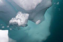 Iceberg abaixo da superfície da água Fotos de Stock Royalty Free