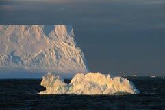 Iceberg alla luce di sera immagini stock