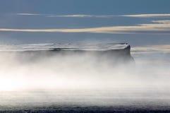 Iceberg antárctico da tabela em névoas da manhã Foto de Stock