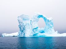 Iceberg arqueado no cemitério do iceberg da baía de Pleneau a oeste da formiga fotografia de stock