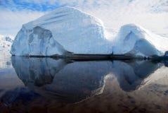 Iceberg arrotondato con la riflessione perfetta Immagine Stock