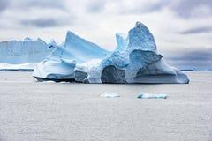 Iceberg in Artide, castello del ghiaccio, iceberg scolpito come il castello di favola con il portone ed ala immagine stock libera da diritti