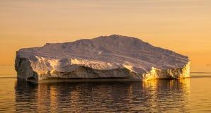 Iceberg au Groenland pendant le coucher du soleil Photographie stock