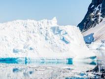 Iceberg avec de la glace de vêlage et neige flottant dans la Manche d'Errera, photos stock
