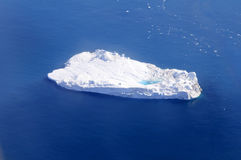 Iceberg avec l'étang supraglacial Photos stock