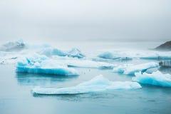 Iceberg azuis bonitos na lagoa glacial de Jokulsarlon, Islândia Imagens de Stock Royalty Free