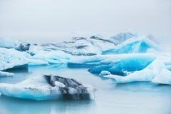 Iceberg azuis bonitos na lagoa glacial de Jokulsarlon, Islândia Imagens de Stock