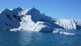 Iceberg azuis de flutuação na lagoa azul natural imagem de stock royalty free