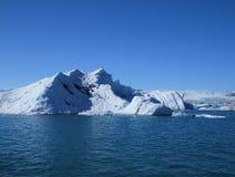 Iceberg azuis de flutuação no lago azul natural fotos de stock