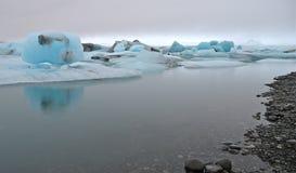 Iceberg azuis, lagoa de Jokulsarlon, Islândia. Fotos de Stock