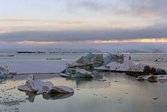 Iceberg azuis na água imóvel na lagoa da geleira de Jokulsarlon, Icel foto de stock