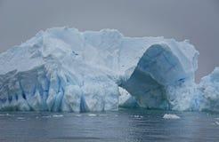 Iceberg azul con el paso a través fotos de archivo libres de regalías