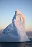 Iceberg azul de Ant3artida en puesta del sol fotografía de archivo