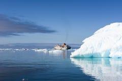 Iceberg, bateau de croisière, Groenland Photographie stock