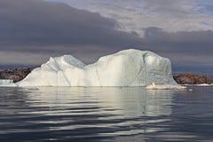 Iceberg blanco dramático contra Gray Clouds imagen de archivo libre de regalías