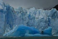 Iceberg bleu par le glacier de Perito Moreno Image libre de droits