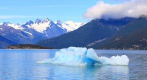 Iceberg blu e moutain ricoperto neve Fotografia Stock Libera da Diritti