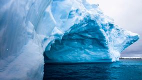 Iceberg blu enorme con la caverna naturale dentro archivi video