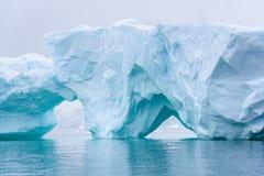 Iceberg bonito do azul de turquesa que flutua no antártico, contra um fundo nevoento foto de stock