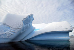 Iceberg com linhas arqueadas Imagens de Stock