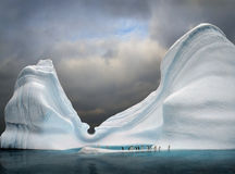 iceberg com pinguins foto de stock