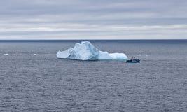 Iceberg con i turisti, Terranova Fotografia Stock
