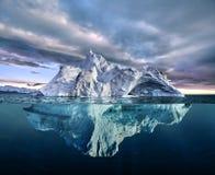 Iceberg con la vista di cui sopra e subacquea immagine stock