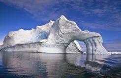 Iceberg con un arco, Antartide Fotografie Stock Libere da Diritti