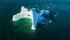 Iceberg con un grande foro, Terranova di vista aerea Fotografie Stock Libere da Diritti